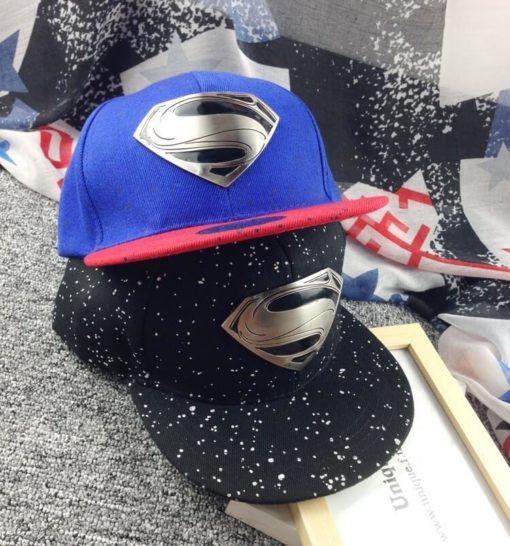 На картинке рэперская кепка «Супермен» (Superman) с прямым козырьком, общий вид, 2 варианта.