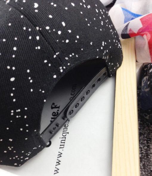 На картинке рэперская кепка «Супермен» (Superman) с прямым козырьком, детали, цвет черный.