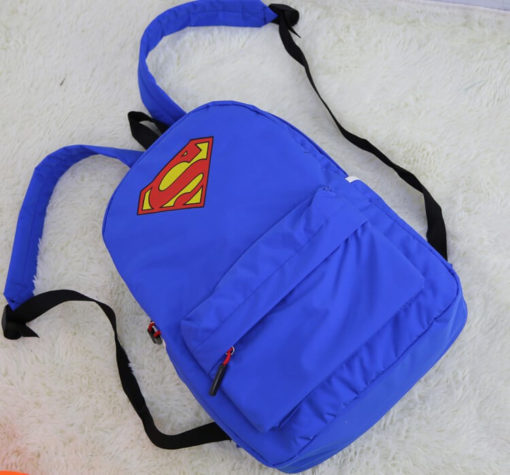На картинке рюкзак «Супермен» (Superman), вид спереди.