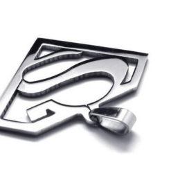 На картинке кулон «Супермен» (Superman), крупный план.