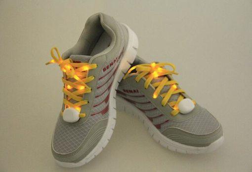 На картинке шнурки, которые светятся в темноте (6 цветов), желтые.