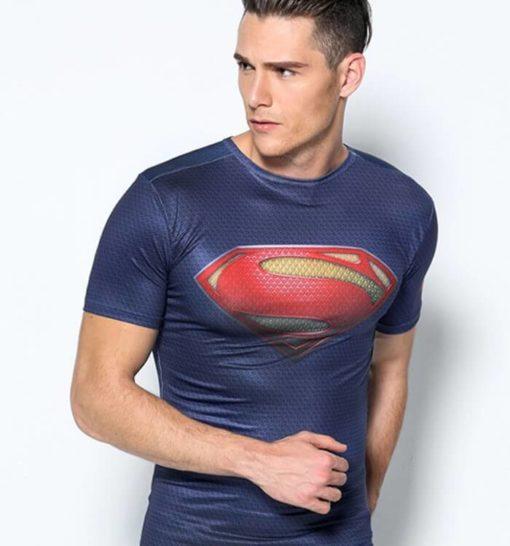 На картинке мужская футболка «Возвращение Супермена» (Superman), вид спереди.