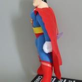 На картинке мягкая игрушка «Супермен» (Superman), вид сбоку.