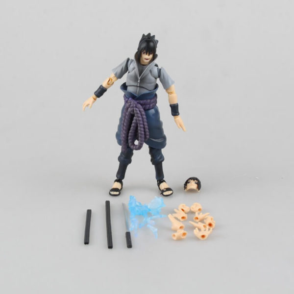 На картинке подвижная фигурка Саске (Наруто), вид спереди с деталями.