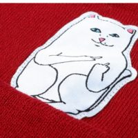 На картинке шапка с котом, показывающим фак (3 цвета), детали, цвет красный.