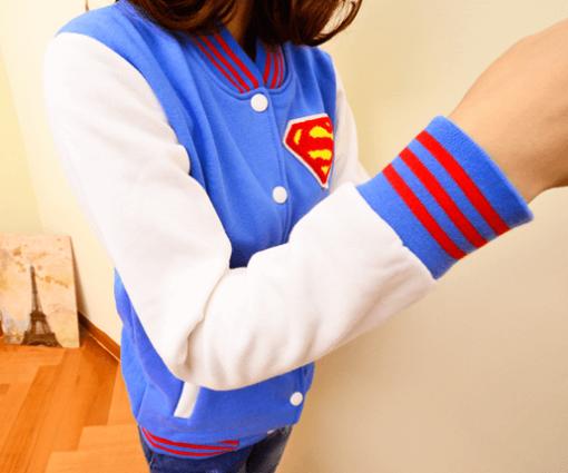 На картинке куртка со знаком (логотипом) Супермена (Superman), общий вид.