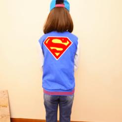 На картинке куртка со знаком (логотипом) Супермена (Superman), вид сзади.