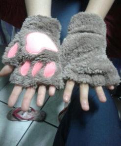 На картинке варежки-перчатки кошачьи лапки, цвет серый.