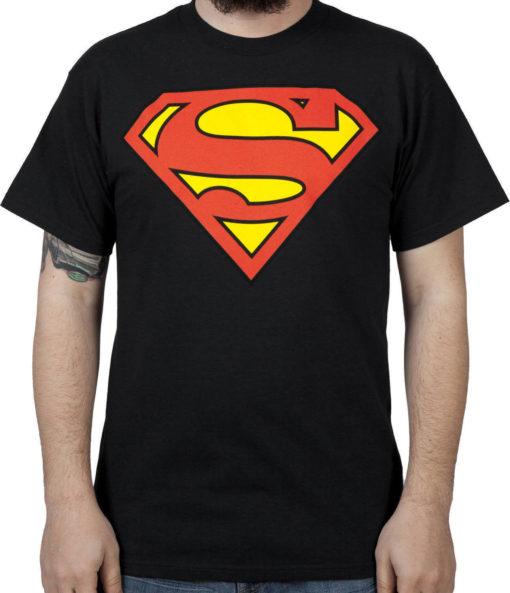 На картинке футболка со значком «Супермен» черная (мужская), вид спереди.
