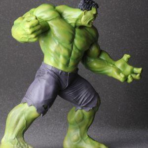 На картинке фигурка Халка из Мстителей (Hulk \ Avengers \ Marvel), вид сбоку.