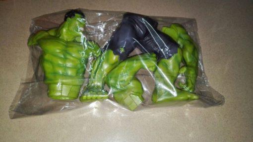 На картинке фигурка Халка из Мстителей (Hulk \ Avengers \ Marvel), детали.