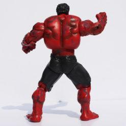 На картинке игрушка красный Халк (Hulk \ Avengers \ Marvel), вид сзади.
