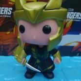 На картинке мини-фигурка Локи из фильма Тор (Марвел), вид спереди.