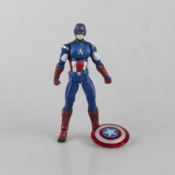 На картинке подвижная фигурка Капитана Америки \ Первого Мстителя (Мстители), вид спереди.