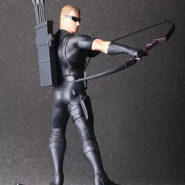 На картинке фигурка Соколиный Глаз Мстители (Марвел \ Marvel), вид сбоку.