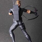 На картинке фигурка Соколиный Глаз Мстители (Марвел \ Marvel), вид сзади.