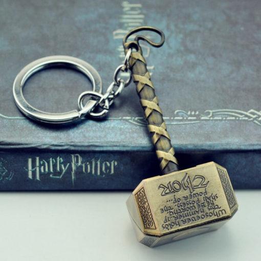 На картинке брелок молот Тора из вселенной Марвел, цвет бронзовый.