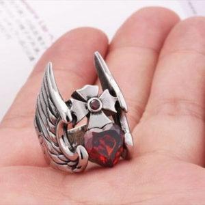 На картинке кольцо в виде шлема Тора, вид спереди.