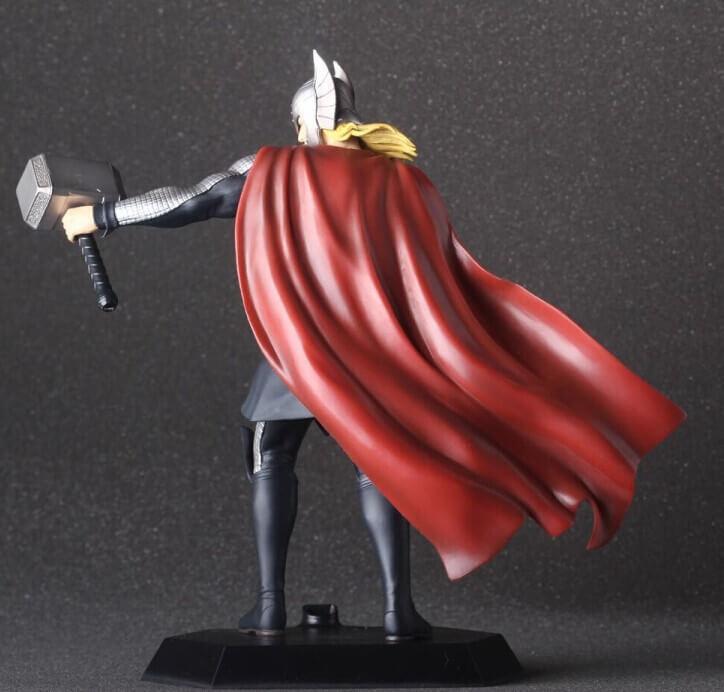 На картинке фигурка Тор (Мстители), вид сзади.