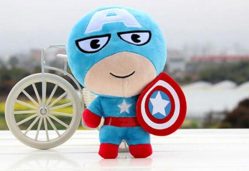 На картинке набор мягких игрушек «Мстители», вариант Капитан Америка.