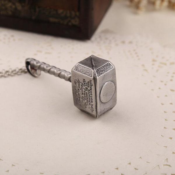 На картинке кулон-амулет молот Тора.