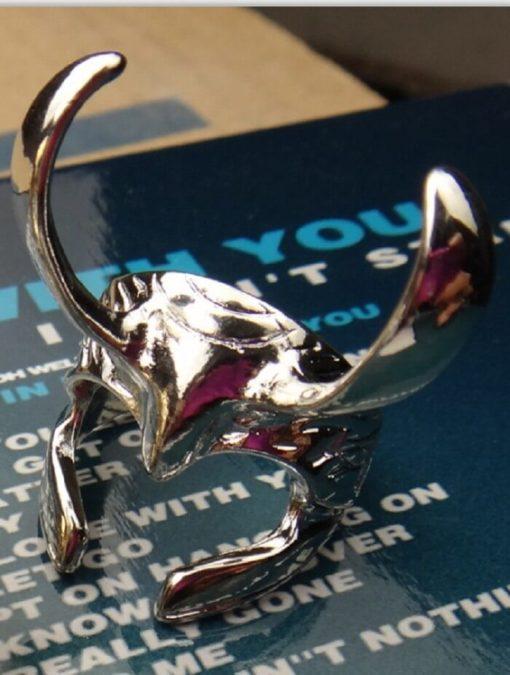 На картинке кольцо в виде шлема Локи (Тор), цвет серебряный.