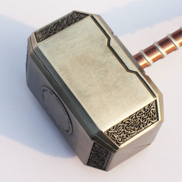 На картинке косплей-игрушка молот Тора, детали.