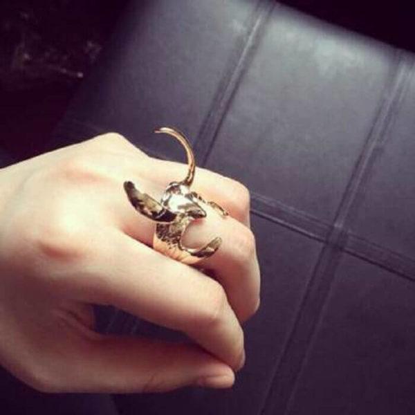 На картинке кольцо в виде шлема Локи (Тор), цвет золотой.