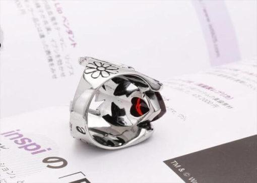 На картинке кольцо в виде шлема Тора, вид сзади.