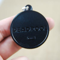 На картинке брелок Дэдпул (Дедпул \ Deadpool) 2 варианта, вид сзади, вариант 1.