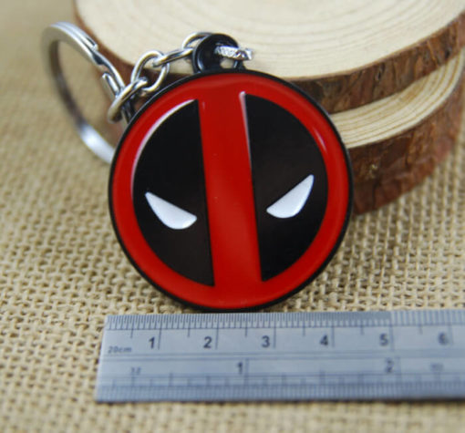 На картинке брелок Дэдпул (Дедпул \ Deadpool) 2 варианта, вид спереди, вариант 1.