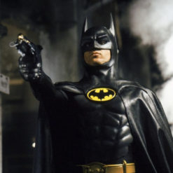 На картинке пижама кигуруми «Бэтмен» (Batman), кадр из фильма.