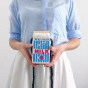 На картинке сумка в виде пакета молока (4 варианта), цвет белый.