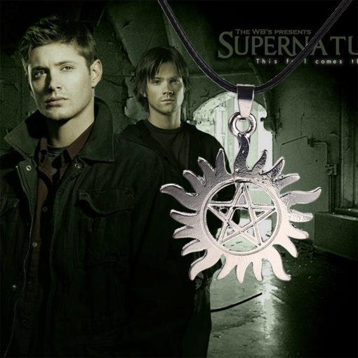 На картинке кулон тату Дина и Сэма из Сверхъестественного (Supernatural).