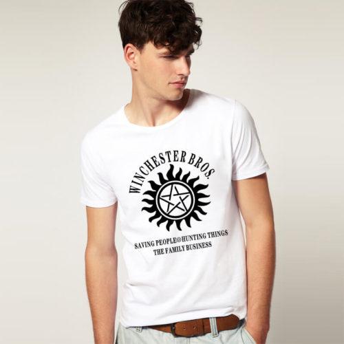 На картинке футболка «Братья Винчестеры» Сверхъестественное (Supernatural) 2 цвета, вид спереди, цвет белый.