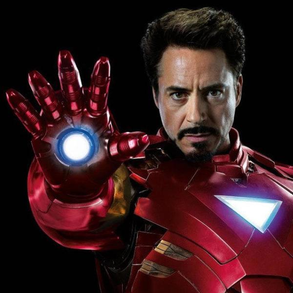 На картинке игрушка в виде руки-перчатки Железного Человека (Iron Man), промо к фильму.