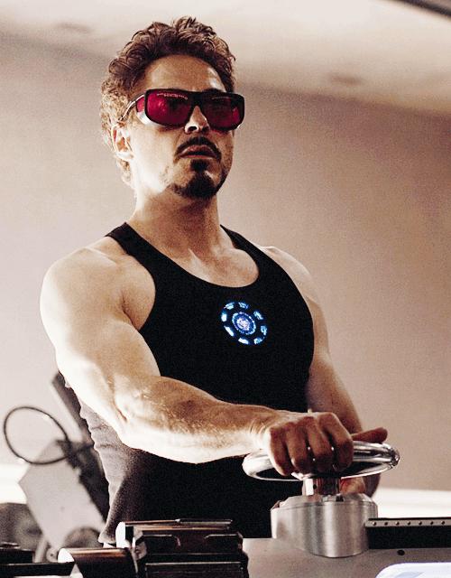 На картинке брелок в виде двигателя Железного Человека (Iron Man), кадр из фильма.