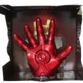 На картинке игрушка в виде руки-перчатки Железного Человека (Iron Man).