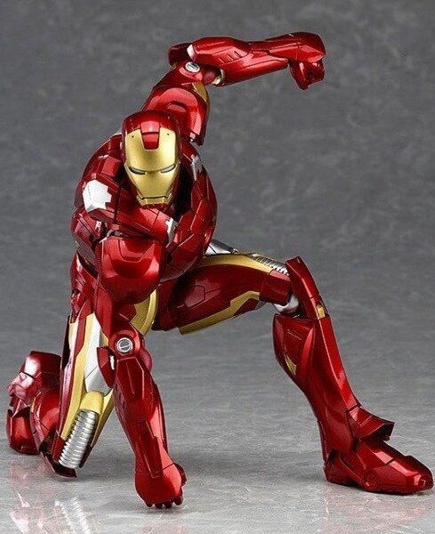 На картинке подвижная фигурка Железного Человека (Iron Man), вид спереди.