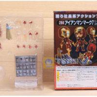На картинке подвижная минифигурка нендроид Железного Человека Марк III (Iron Man), вид в упаковке.