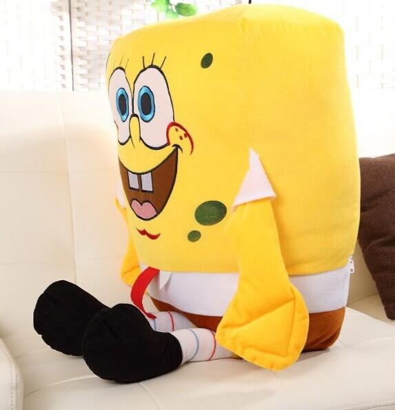 На картинке большая мягкая игрушка Губка Боб (Спанч Боб) квадратные штаны, вид сбоку.