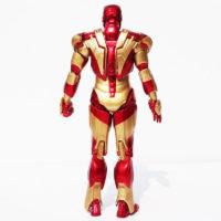 На картинке фигурка Железный Человек Марк 42 (Iron Man), вид сзади.
