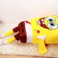 На картинке большая мягкая игрушка Губка Боб (Спанч Боб) квадратные штаны, общий вид.