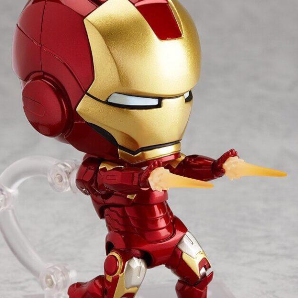 На картинке подвижная минифигурка нендроид Железного Человека Марк III (Iron Man), общий вид.