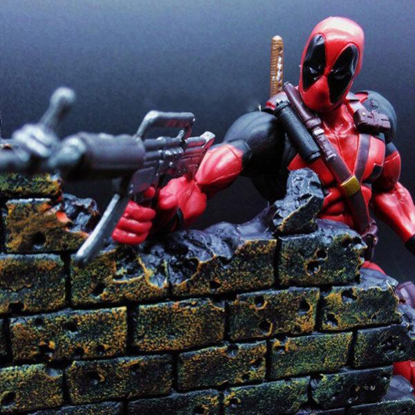 На картинке подвижная фигурка Дедпула \ Дэдпула от Марвел Селект (Deadpool), детали.