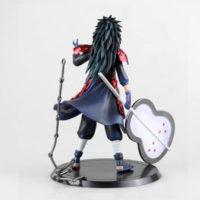 На картинке фигурка Мадара Учиха (Наруто \ Naruto), вид сзади.
