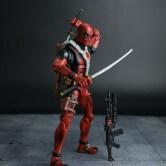 На картинке подвижная фигурка Дэдпула \ Дедпула с набором оружия (Deadpool), общий вид.