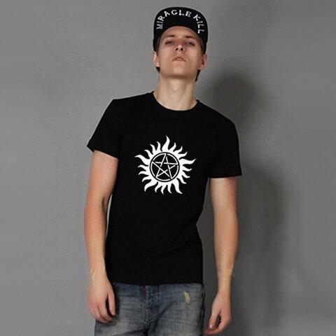 На картинке футболка со Сверхъестественным (Supernatural), вид спереди, цвет черный.
