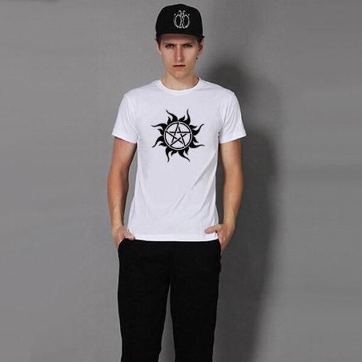 На картинке футболка со Сверхъестественным (Supernatural), вид спереди, цвет белый.