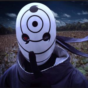 На картинке маска Обито Учиха из Наруто (Naruto), вид спереди.